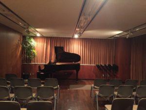 サロンセイワのグランドピアノと客席の写真